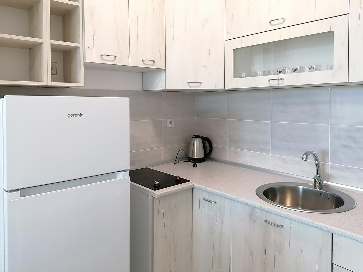 Apartman AD - Kuhinja: frižider, ravna ploča