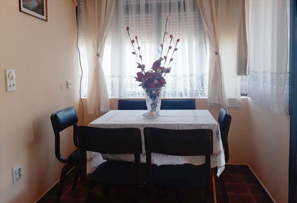 Apartman Cvetni vrt Sandra - Trpezarija - Sto