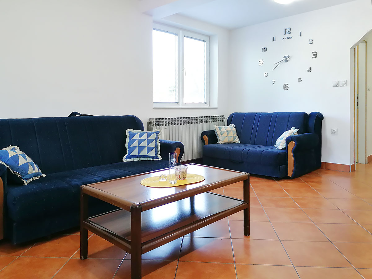 Apartmani Ena - Dnevna soba - sto