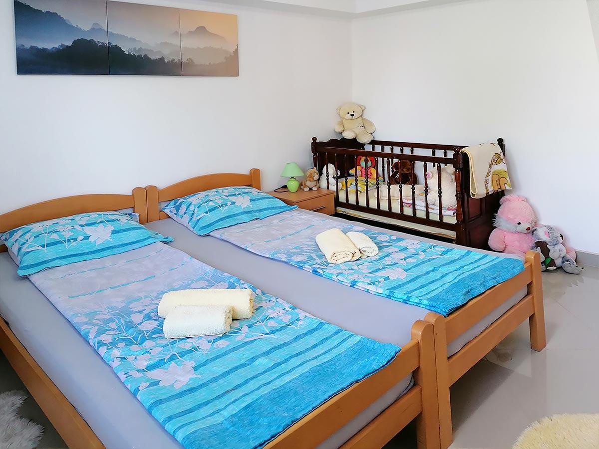 Apartmani Ena - Spavaća soba: francuski ležaj i krevetac