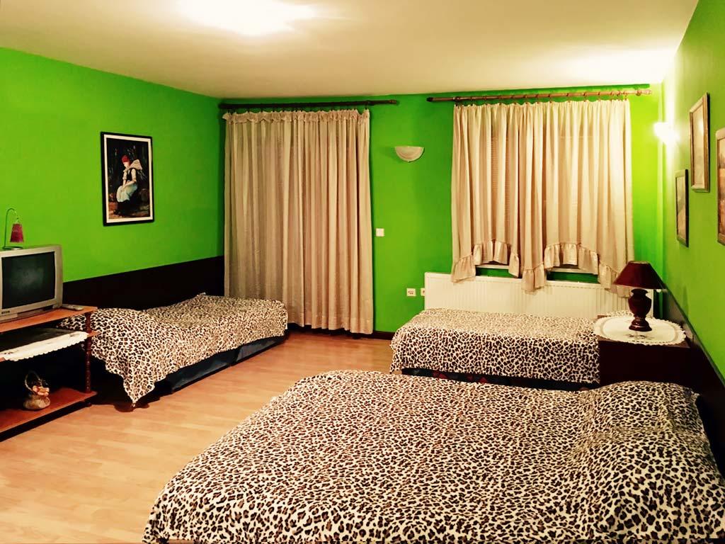 Apartman 2 - Spavaća soba - Francuski ležaj + 2 kreveta