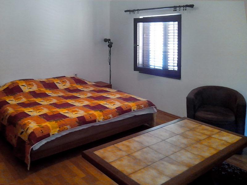Apartman Nica - Spavaća soba (krevet sa fiokom sa 2 dušeka)