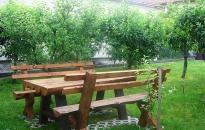 Studio 1 Akva Star - Drveni sto i klupe u dvorištu